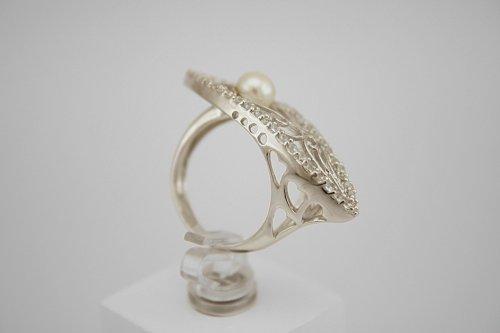 Žiedas su cirkoniais ir perlu