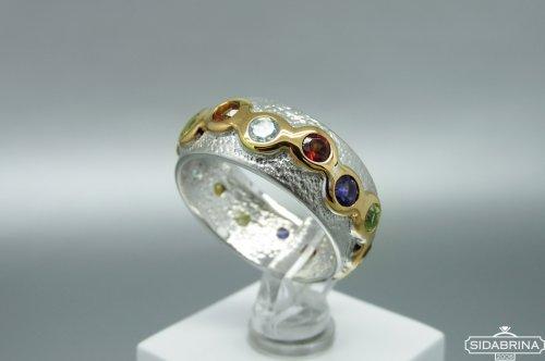 Žiedas su natūraliais akmenimis